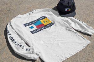 zdjęcie białej koszulki es i czapki typu snapback